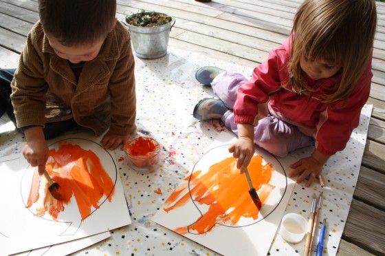 toddlers and preschoolers painting jackolantern