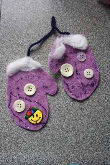 Easy Christmas Crafts for kids - mitten christmas ornament