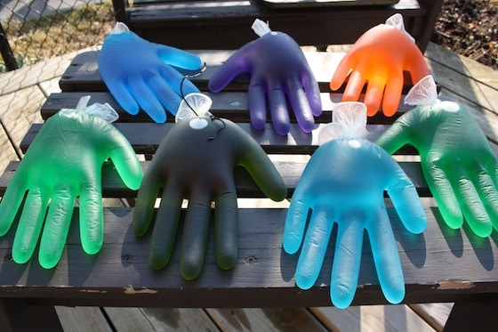 marznąca woda w lateksowych rękawiczkach
