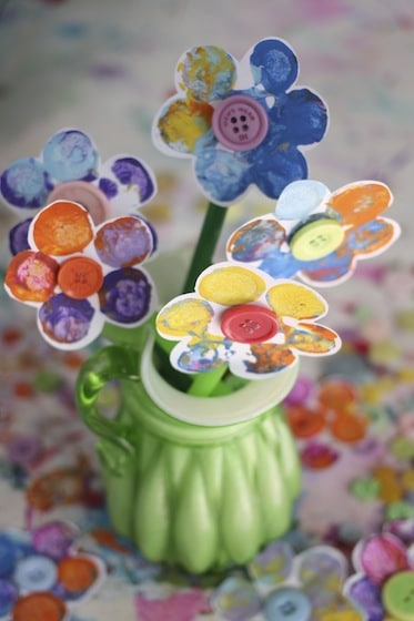 vase displaying stamped flowers