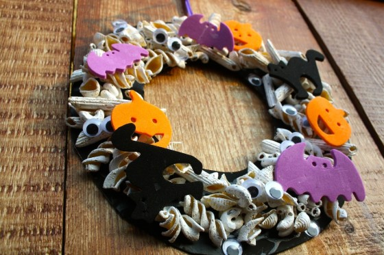 paper plate halloween wreath for toddlers and preschoolers