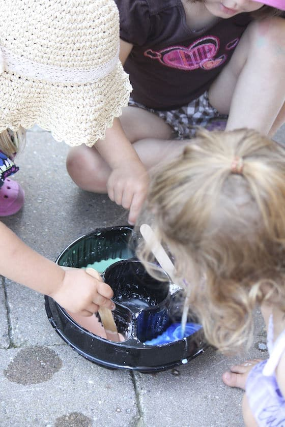 kids mixing up 3 ingredient sidewalk paint