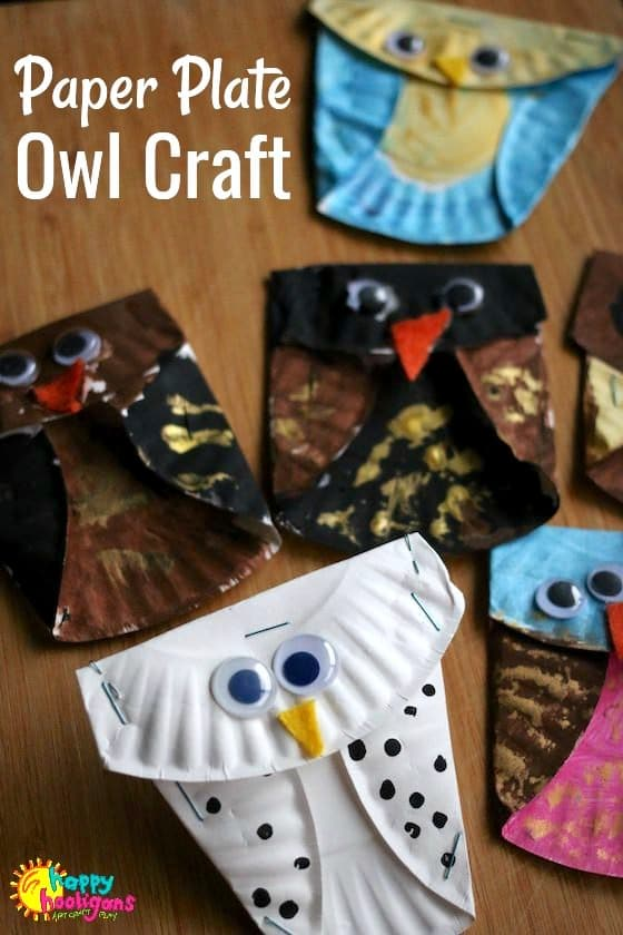 Easy Paper Plate Owl Craft for Kids! What a fun and easy fall craft for kids of all ages to make. Make a mobile by hanging them from a small tree branch, or pin them to a cut-out tree branch on a wall or bulletin board at home or in the classroom - Happy Hooligans