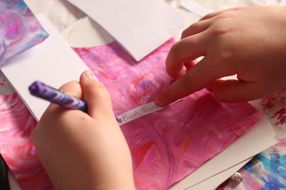Enfant écrivant un message de fortune