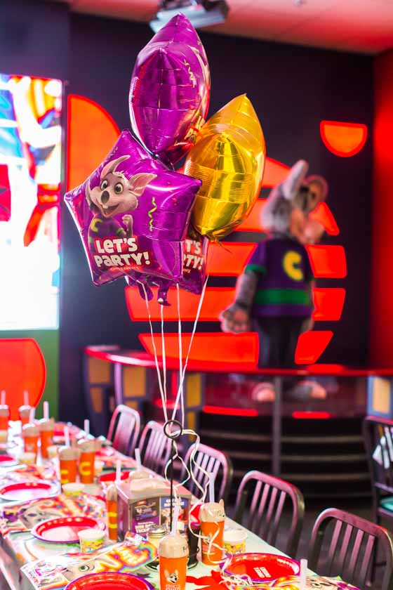 birthday table and balloons chuck e cheese