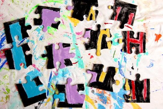 Puzzle de nom fait maison en morceaux