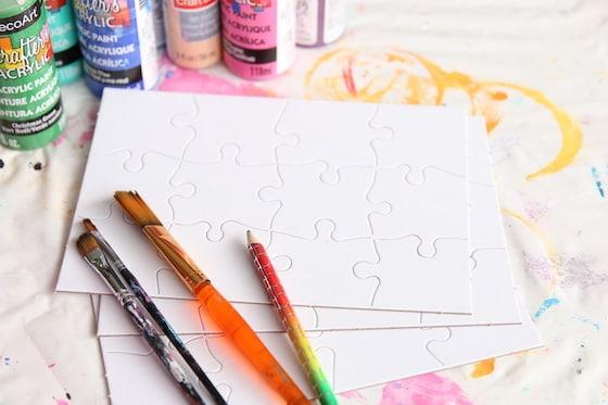 Crayon, peinture, pinceaux et puzzles vierges