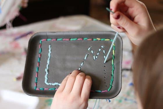 Pratique de la couture - couture des initiales sur un plateau en polystyrène