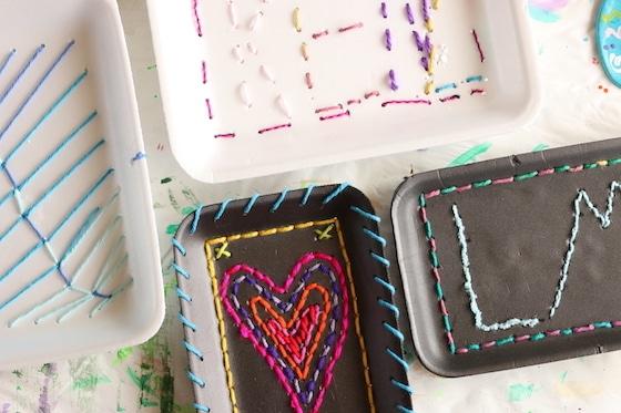 Divers motifs cousus sur de la mousse de polystyrène produisent des plateaux par les enfants - cœur, initiales, noms, etc.