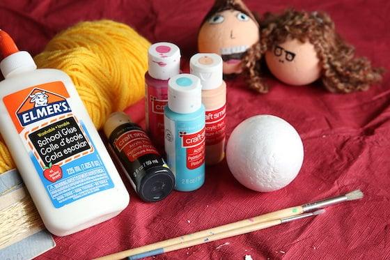 colle, peinture, fil, pinceaux, boule de polystyrène