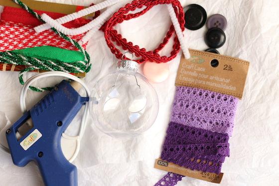 ornement en plastique transparent, pistolet à colle, ruban, garniture, boutons, cure-pipe et papier de soie