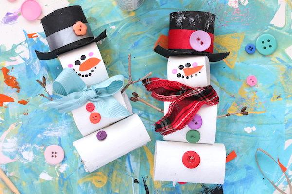 bonhommes de neige en rouleau de papier toilette sur fond bleu