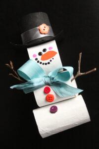 rouleau de carton empilé bonhomme de neige artisanat fond noir