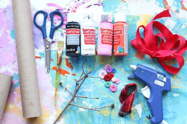 rouleaux de papier toilette, ciseaux peintures, ruban, boutons, pistolet à colle, brindilles