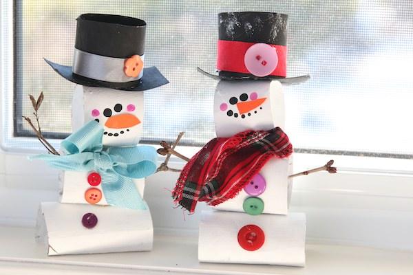 tp roll bonhommes de neige sur le rebord de la fenêtre
